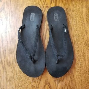 Teva black cushion flip Flops only worn once in hs